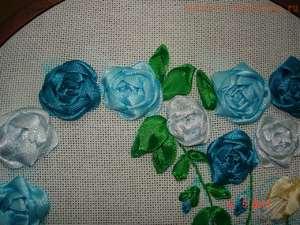 vybrat_materialy_vyshivaniya Вышивка роз лентами для начинающих рукодельниц: учимся вышивать лентами по видео мастер-классам