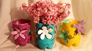 vaza_plastikovoy_butylki Ваза из пластиковой бутылки своими руками (34 фото): как сделать напольную вазу для цветов из пластиковой емкости, пошаговая инструкция для начинающих