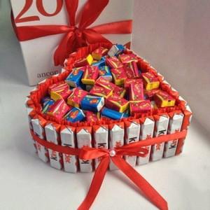 sladkie_podarki_svoimi_rukami Подарки из конфет к любому празднику. Идеи с подробными фото
