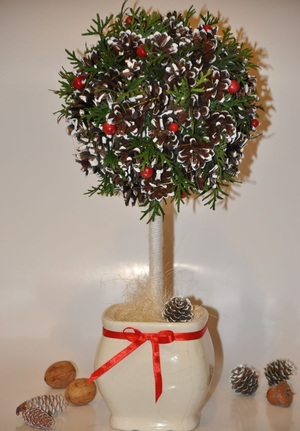 gotovyy_topiariy_vetkami Топиарий из шишек: делаем дерево из осенних даров природы