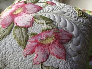 pomoschyu_mashinki_vyshivat Машинная вышивка в домашних условиях: швейное оборудование и виды швов, выбор ткани и инструментов