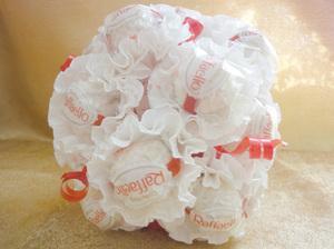 sdelat_buket_rafaelo Как сделать букет из конфет своими руками для начинающих пошагово: мастер класс, фото. Букет из конфет и гофрированной бумаги, игрушек, цветов, в корзинке с розами и тюльпанами: композиции, фото