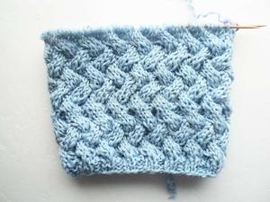 Как связать шапку узором плетенка