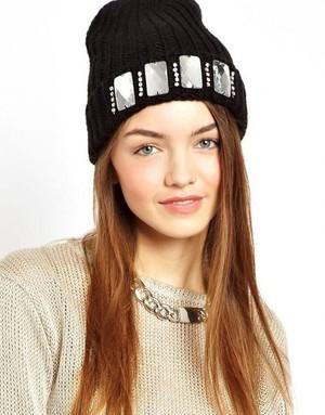 Оригинальное украшение шапки