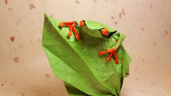 Лягушка из бумаги прыгает