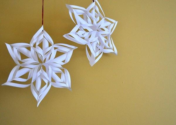 Снежинки из бумаги и других материалов: 8 способов самостоятельного украшения дома