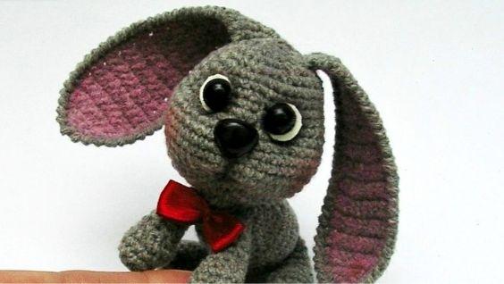 Плюшевый заяц крючком с длинными ушами