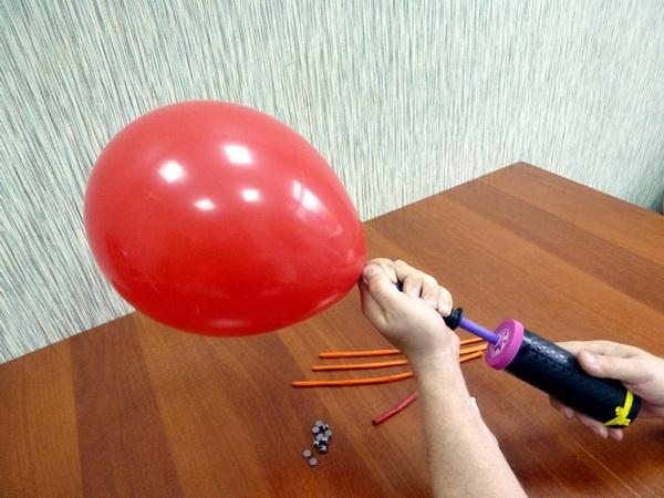 Воздушный шарик нужно надуть, регулируя его диаметр