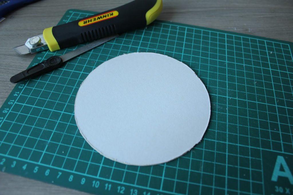 Из глянцевого картона нужно вырезать круг