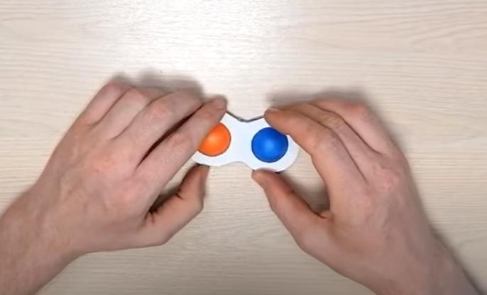 кнопки приклеивают к картону